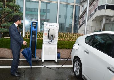 充電スタンドより蓄電するPHV車
